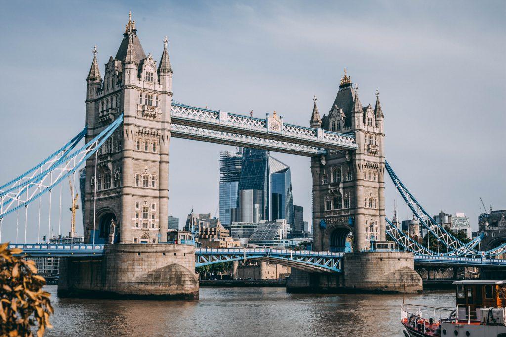 tower bridge, uno de los puentes de acero más reconocidos del mundo.